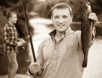 Пресноводная рыба задвижки удерживания рыболова в руках Стоковое Изображение