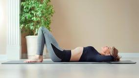 Пресса атлетической тонкой молодой женщины фитнеса нагнетая наслаждаясь тренировкой разминки на спортзале видеоматериал