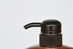 Пресса головы насоса бутылки шампуня на белой предпосылке Стоковая Фотография