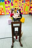 Пресса и дети масла уча о заводах на мастерской Стоковая Фотография