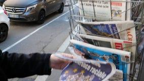 Пресса киоска газеты прессы приобретения старшего человека об европейских избраниях сток-видео