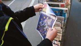 Пресса киоска газеты прессы приобретения старшего человека об европейских избраниях акции видеоматериалы