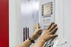Пресса оператора машины CNC панель регулятора стоковое изображение
