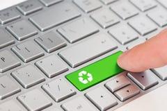 Пресса пальца зеленый ключ с рециркулирует символ значка на клавиатуре компьтер-книжки Стоковое Фото