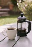 Пресса француза и белая чашка эспрессо Стоковые Фото