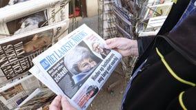 Пресса Brexit прессы киоска газеты прессы приобретения старшего человека голландская акции видеоматериалы