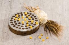 Прессует и пшеница на белизне Стоковая Фотография