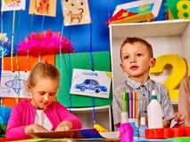 Прессформа детей группы от пластилина в детском саде Стоковое Фото