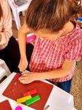 Прессформа детей девушки от пластилина в детском саде Стоковое фото RF