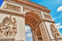 Прессформы и украшения на Триумфальной Арке в Париже франк Стоковые Фото