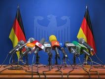 Пресс-конференция или брифинг министра премьер-министра концепции Германии, Трибуна диктора подиума с флагами Германии и оружиями иллюстрация штока