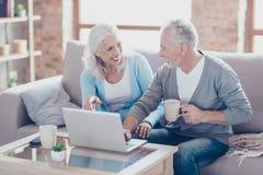2 престарелое сидят дома в выходные дни, выпивающ Стоковые Изображения