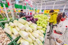 Престарелый выберите овощи в большом торговом центре стоковое фото rf