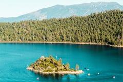 Преследовать остров на изумрудных заливе и Лаке Таюое стоковое фото