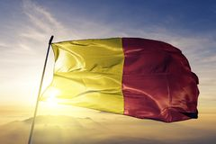 Префектура Орлеана и коммуна Франции сигнализируют ткань ткани ткани развевая на верхнем тумане тумана восхода солнца иллюстрация вектора