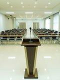 предводительствует таблицу конференц-зала конференции Стоковое фото RF