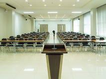 предводительствует таблицу конференц-зала конференции Стоковые Изображения RF