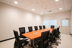 предводительствует таблицу конференц-зала конференции Стоковые Фотографии RF