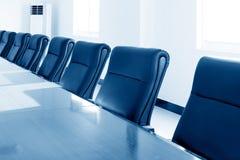 предводительствует таблицу конференц-зала конференции стоковая фотография