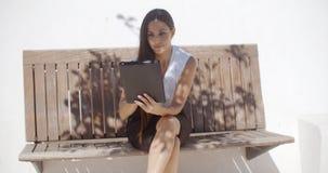 Прелестная бизнес-леди работая на таблетке Стоковое Изображение RF