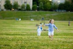 Прелестная девушка бежать вокруг outdoors стоковая фотография rf