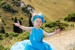 Прелестная девушка маленького ребенка с воздуходувкой пузыря на траве на луге Природа лета зеленая Стоковые Изображения RF