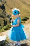 Прелестная девушка маленького ребенка с воздуходувкой пузыря на траве на луге Природа лета зеленая Стоковое Изображение