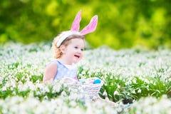 Прелестная девушка малыша в ушах зайчика с пасхальным яйцом Стоковые Фотографии RF