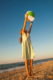 Прелестная девушка малыша играя шарик на пляже песка Стоковое Фото