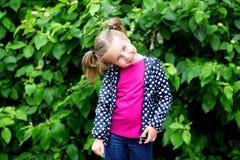 Прелестная девушка малыша на дождливом дне в осени Стоковые Изображения RF