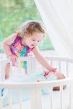 Прелестная девушка малыша litlte с newborn братом Стоковые Фото