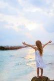 прелестная девушка пляжа немногая стоковое изображение