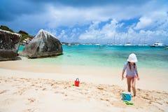 прелестная девушка пляжа немногая Стоковые Изображения