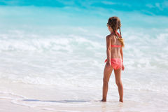 прелестная девушка пляжа немногая стоковая фотография rf