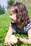 Прелестная девушка ребенка с цветком Природа лета зеленая Стоковая Фотография