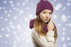 Прелестная девушка с одеждами зимы Стоковая Фотография RF