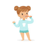 Прелестная девушка шаржа чистя ее зубы щеткой, иллюстрацию вектора зубоврачебной заботы детей Стоковые Изображения