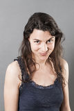 Прелестная женщина с точными волосами усмехаясь выражающ счастье Стоковые Фотографии RF