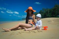 Прелестная мать с милой маленькой девочкой на каникулах Стоковые Изображения