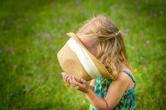 Прелестная маленькая белокурая девушка имея потеху играя outdoors Стоковые Фотографии RF