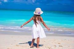 Прелестная маленькая девочка во время каникул пляжа имея Стоковое Фото