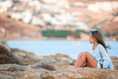 Прелестная маленькая девочка в Греции в ландшафте предпосылки вечера красивом Стоковое фото RF