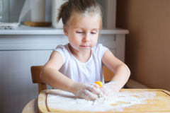 Прелестная маленькая девочка делая тесто для макаронных изделий Стоковая Фотография