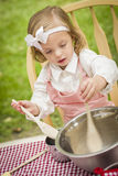 Прелестная маленькая девочка играя варить шеф-повара Стоковые Изображения RF