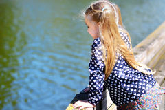 Прелестная маленькая девочка играя рекой в солнечном парке Стоковые Фото