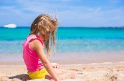 Прелестная маленькая девочка имеет потеху на тропическом пляже Стоковые Фото
