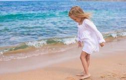 Прелестная маленькая девочка имеет потеху на тропическом пляже Стоковое Фото