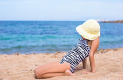 Прелестная маленькая девочка имеет потеху на тропическом пляже Стоковая Фотография