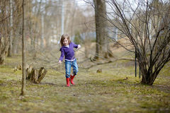 Прелестная маленькая девочка имея потеху в парке Стоковое Изображение