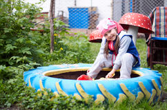 Прелестная маленькая девочка имея потеху играя outdoors на летний день Стоковые Изображения RF